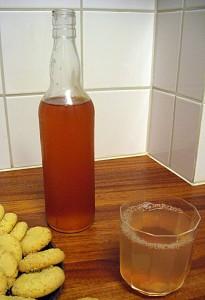 Flaska med kallrörd rabarbersaft